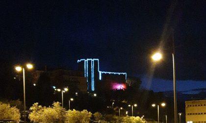 Il Castello illuminato in segno d'augurio