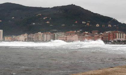 Il mare sferza le coste del Levante: le foto