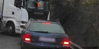 Tir incastrato in curva, strada interrotta fra Villa Oneto e Camposasco