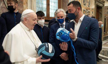 Felugo dona calottina della Pro Recco a Papa Francesco