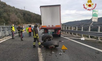 Incidente in A12 e perdita di gasolio: autostrada ancora chiusa e 7km di coda