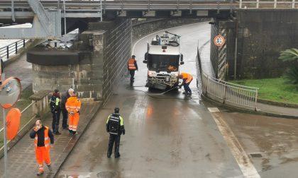 Due auto bloccate nel sottopasso di via Tito Groppo
