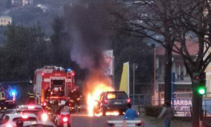 Auto a fuoco in viale Kasman