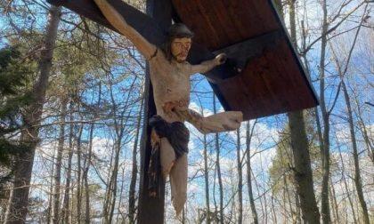 Vandalizzato crocifisso: staccate le gambe del Cristo e infilzate nel petto