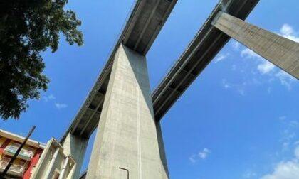 Sfiorata la tragedia a Rapallo: una piastra di alluminio si stacca dal viadotto autostradale e colpisce un'auto