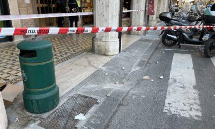 Crollano calcinacci dalla facciata di un condominio di corso Dante a Chiavari