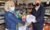 Fdl dona pettorine ai volontari del Buon Samaritano