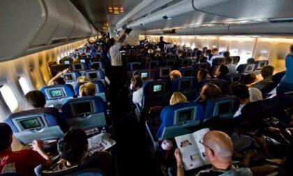Viaggi in aereo: mascherina sempre addosso, per chi è vaccinato, niente test o quarantene