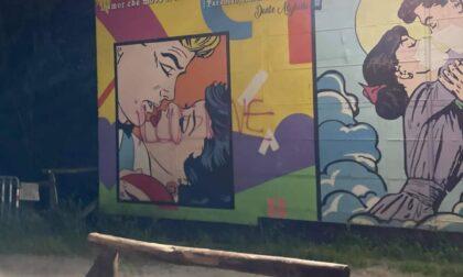 Imbrattato il murales dedicato al covid sul lungo Entella
