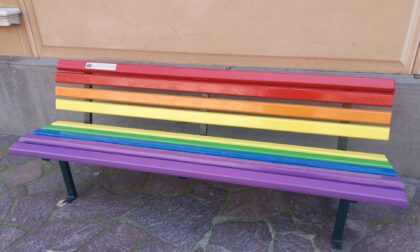 Inaugurata la panchina arcobaleno a Lavagna