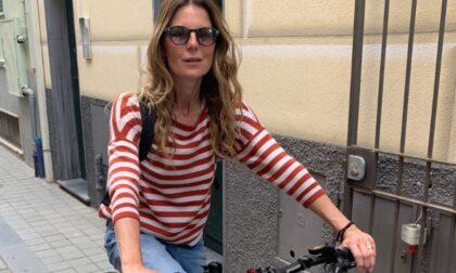 Moneglia, i vip in vacanza nel borgo provano le nuove bici elettriche