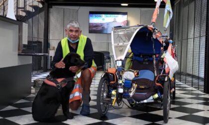 In bici dal 2006 per salvare il pianeta: arrivano a Chiavari Martin Hutchinson e il suo cane Starsky