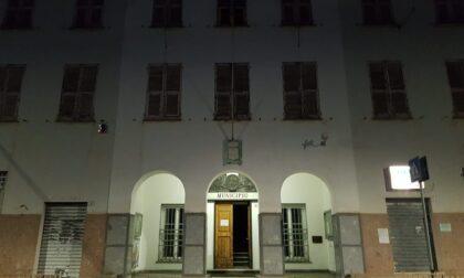 Dimenticano la porta del municipio spalancata