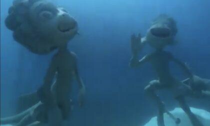 """Due statue nei fondali di Monterosso per celebrare il film Pixar """"Luca"""""""