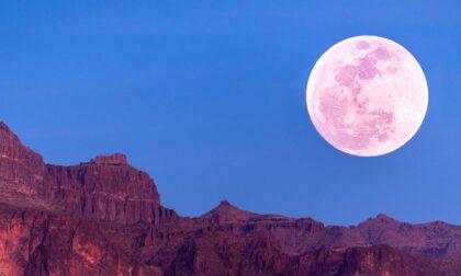 Occhi puntati al cielo per la Superluna delle fragole