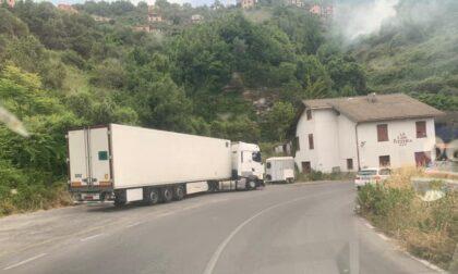Liberato il camion incastrato in via Garbuggi