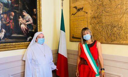 Accanto agli ultimi da ben 17 anni: la nuova cittadina italiana è...una suora!
