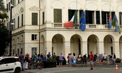 Una folla silenziosa e commossa in fila per la camera ardente di Di Capua