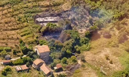 Quasi spento l'incendio di via Val di Canepa ma rimane lo stato di pericolo
