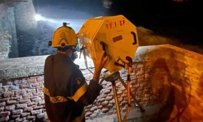 Si aggrappa al muraglione della ferrovia e chiede aiuto in mare, turista salvato dai vigili del fuoco