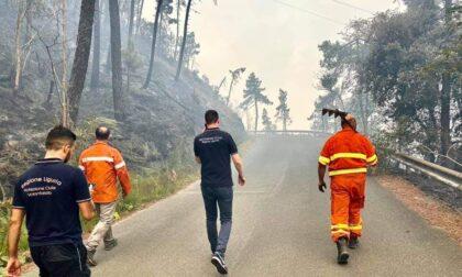 Incendi: su rogo Framura riprese operazioni con 2 elicotteri, volontari e Vigili del Fuoco per attività di bonifica