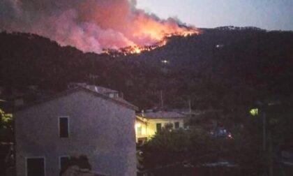 Continuano a bruciare i boschi di Framura e stanno raggiungendo i Comuni vicini