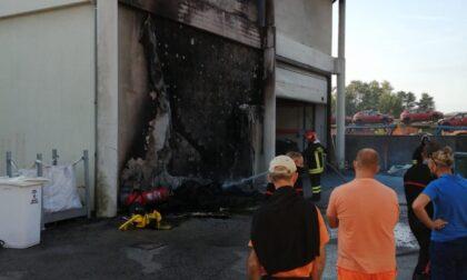 Indagini in corso per l'incendio al magazzino