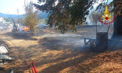 Incendio in un'area ricovero bestiame