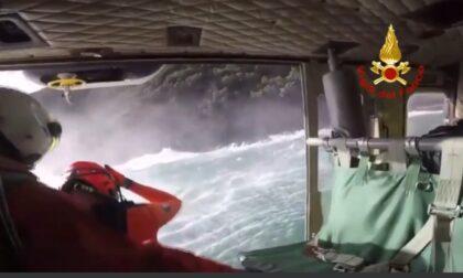 Non riusciva più a rientrare a riva, salvato dai vigili del fuoco: il video