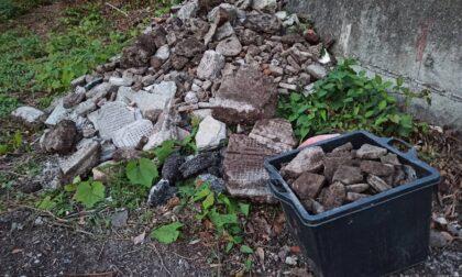 Scarico di calcinacci e macerie edilizie in collina di Casale di Bacezza