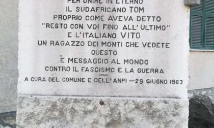La commemorazione davanti alla lapide in memoria di Vito e Tom