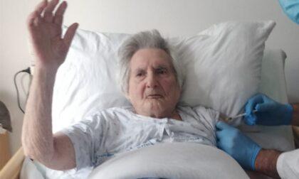 Terza dose, record per Linda: vaccinata a 103 anni